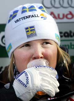 En spent Anja Pärson ventet på konkurrentene etter å ha kjørt med startnummer 1 i første omgang. (Foto AFP/Scanpix)