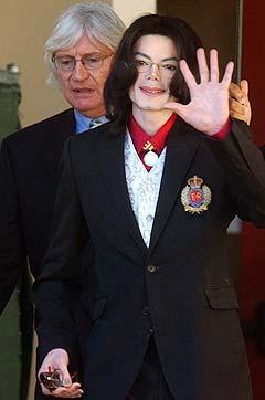 Michael Jackson, her på vei ut av rettssalen sammen med sin forsvarer Thomas Mesereau, planlegger å ha mange kjente fjes i vitneboksen under rettssaken. Foto: Aaron Lambert, Reuters.