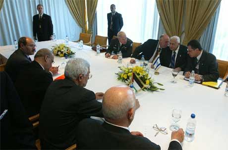 Israels statsminister samrår seg med sine rådgivere under møtet med palestinernes president Mahmoud Abbas i dag.(Foto AFP/Pedro Ugarte)