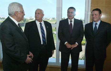 Palestinernes president Mahmoud Abbas (t.v.) og Israels statsminister Ariel Sharon (nummer to f.v.) kunngjorde våpenhvile mellom palestinere og israelere. (Foto: Reuters/Scanpix)