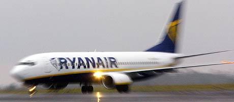 TAP GIR GRATIS FLYTUR: Ryanair vil gi vekk 10.000 billetter for hver 100 million kroner SAS Braathens tapte i fjor. (Arkivfoto: Miguel Riopa/AFP)