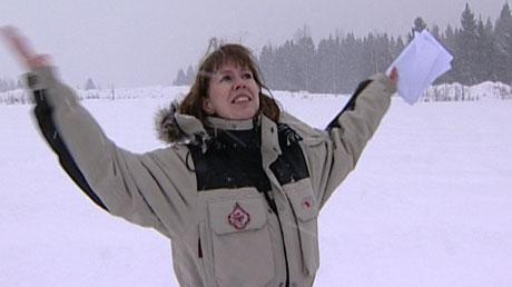 JUBLER FOR SNØ: Anne Lise Borgundvåg, sekretariatsleder for Birkebeinerrennet lovpriser snøfnuggene som kom onsdag.