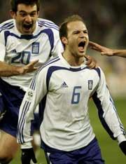 Angelos Basinas jubler etter å ha scoret grekernes andre mål. (Foto: Reuters)