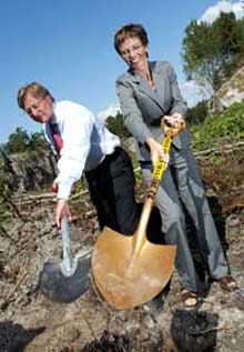 Statsrådene Bjørn Rosengren og Torill Skogsholm tok det første spadestikket på ny E6 i 2002. Da lovte Rosengren at svensk E6 skulle stå ferdig til grensen i 2005. Foto Knut Falch / SCANPIX