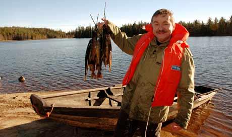 Frode Aga havnet i vannet, men kom seg til slutt på land - med fangst. Foto: NRK