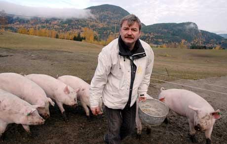 Frode Aga samler inn grillmaten. Foto: NRK