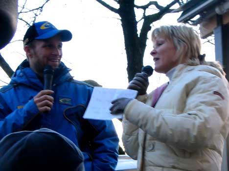 Det var kona til Petter, Pernilla Solberg, som stod for intervjuet på torget i Karlstad.