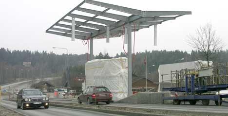 Det blir innkreving av bompenger på Svinesund fra 12. juni 2005. 20,- kr. skal det koste å passere bruene begge veier. Bildet er fra norsk side ved den gamle brua, der en av bomstasjonene snart står ferdig. Foto: Rainer Prang, NRK.