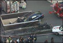 Damen som kjørte denne bilen skal vistnok ha trodd det var parkeringshus hun var på vei ned i. (Foto: ukjent)