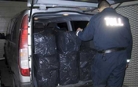 Sigarettene ble forsøkt smuglet i en varebil som ble stanset i Austmarka I Hedmark ved seks-tida fredag morgen. Foto: Tollvesenet