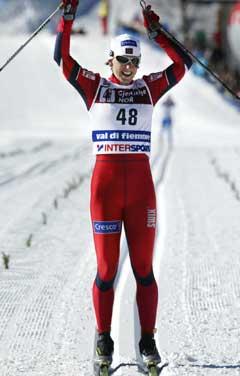 Bente Skari jubler i det hun passerer målstreken som verdensmester på 10 km klassisk langrenn under ski-VM i Val di Fiemme. (Foto: Erik Johansen / SCANPIX)