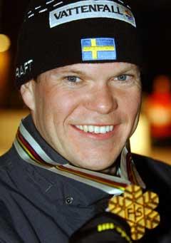 Thobias Fredriksson med gullmedaljen han vant i Val di Fiemme. (Foto: AP/Scanpix)