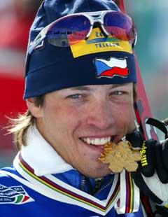 Tsjekkeren Martin Koukal med VM-gullet som han vant på femmila i Val di Fiemme. (Foto: Erik Johansen / SCANPIX)
