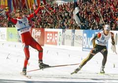 Thomas Alsgaard slo tyske Axel Teichmann i spurten da Norge vant gull i Val di Fiemme. (Foto: AP/Scanpix)