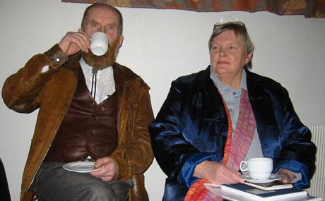 Arne Dagfinn Øynes og Åse Wisløff Nilssen tok en kaffekopp sammen før møtet.(Foto:NRK)