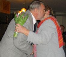 Wisløff Nilssen gratuleres av leder i nominasjonskomiteen, Olav Teppen.(Foto:NRK)