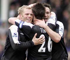 Chelseas Eidur Gudjohnsen (t.v.), John Terry (midten) og Frank Lampard (t.h.) jubler etter seieren over Everton. (Foto: Reuters/Scanpix)