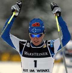 Virpi Kuitunen jublet søndag etter endelig å ha slått Marit Bjørgen. (Foto: Reuters/Scanpix)