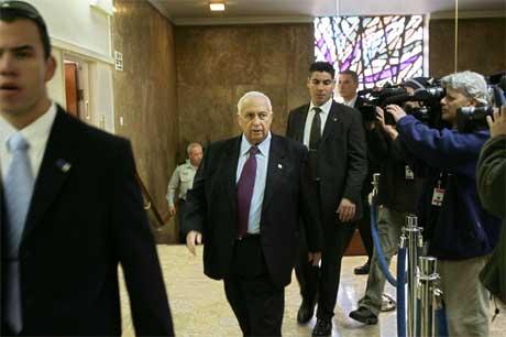 FØR VEDTAKET: Statsminister Ariel Sharon på vei inn til ministermøte som godkjente hans forslag om å løslate 500 palestinske fanger. Foto: AFP/Scanpix