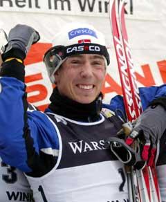 En lykkelig Eldar Rønning på seierspallen i Reit im Winkl. (Foto: AFP/Scanpix)