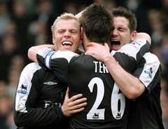 Eidur Gudjohnsen jubler sammen med John Terry og Frank Lampard etter å ha scoret vinnermålet mot Everton. (Foto: AP/Scanpix)