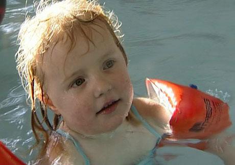 Det er gøy å bade i det nye badebassenget i Nerby aktivitetsbarnehage. Foto: Bjørn Opsahl