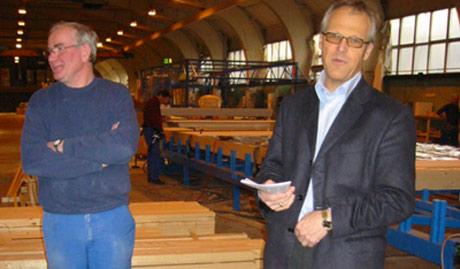 Moelven Byggmodul AS utvider med 30 nye arbeidsplasser. (Fra venstre) Hovedtillitsvalgt Kåre Kastbakken og direktør Hans Erik Stadshaug