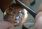 Det er mye pirkearbeid når man skal sette i stand et gammelt ur.