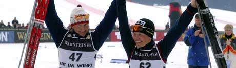 Olga Savjalova og Jevgenia Medvedeva-Abruzova jublet sammen etter seieren i Reit im Winkl. (Foto: AFP/Scanpix)