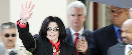 Michael Jackson ble tidligere i måneden bragt til akuttmottaket ved et sykehus i Santa Maria, etter at han ble dårlig på vei til rettssaken. Foto: AFP PHOTO/Robyn BECK