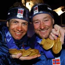 Ole Einar Bjørndalen og Kjetil André Aamodt er blant Norges store medaljesankere. Her med de sju gullmedaljene de vant i OL i Salt Lake City. (Foto: Tor Richardsen / SCANPIX)