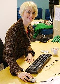 Bertine Zetlitz svarer på spørsmål fra leserne i nettmøte på nrk.no. Foto: Geir Evensen, NRK.