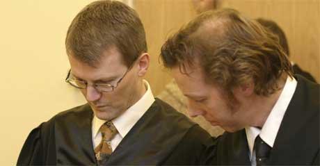 Advokat Hans Christian Wang (tv) og advokat Ernest Tell forsvarer en av de tiltalte. Foto: Jarl Fr. Erichsen / SCANPIX .