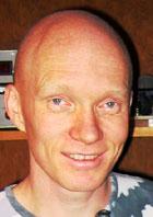 Ole Martin Løvvik forsker på hvordan man kan lagre hydrogengass i en hydrogenbil. Foto: NRK