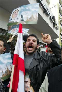 En blant mange tusen libanesere som demonstrer under begravelsen av tidligere statsminister Rafiq al-Hariri.(Foto:AP/Anvar Amro)