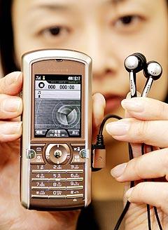 Snart kan du bruke mobiltelefonen til langt mer enn bare å snakke i. Foto: Yoshikazu Tsuno, AFP Photo.