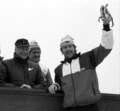 Oddvar Brå (th) gratuleres av Kong Olav etter VM-gullet på 15 km i Holmenkollen i 1982. (Foto: NTB / Scanpix)