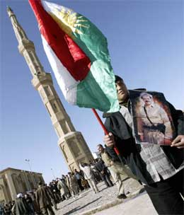En mann med det kurdiske flagget i byen Arbil nord i Irak. (Foto: AFP/Scanpix)