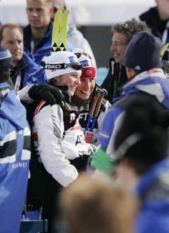 Kristin Mürer Stemland ga bronsevinner Marit Bjørgen en klem etter løpet. (Foto: Erlend Aas / SCANPIX)