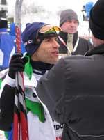 Helio Freitas er ikke vant til så mye kontakt med media, men man kommer langt med sjarm og godt humør. (Foto: NRK.)