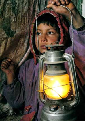 En afghansk gutt i en flyktningleir i Kabul 11.februar. (Foto: Scanpix / AFP / Farzana Wahidy)