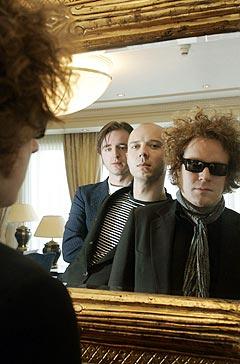 Madrugada med (fra venstre i speilet) Frode Jacobsen, Sivert Høyem og Robert Burås blir med på duett med Ane Brun. Foto: Bjørn Sigurdsøn, Scanpix.