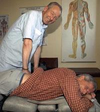 En kiropraktor behandler først og fremst via manipulering, eller «knekking». Foto: Scanpix