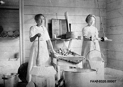 Bygdens Meieri på Skarbø, Stranda i 1905. Meieriet vart starta i 1893 og var i drift til 1917. Meierske Elise Dybdal (t.v.) og Gurine Opsvik. Ukjend fotograf. Med løyve frå Fylkesfotoarkivet i Møre og Romsdal.
