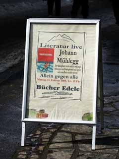 Et skilt på gaten i Oberstdorf forteller at Johann Mühlegg kommer til VM-byen for å promotere boka si. (Foto: Erlend Aas / SCANPIX)