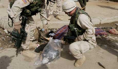 Amerikanske soldater leter etter bevismateriale etter selvmordsangrep mot et gravfølge nær en moské i Bagdad. (Foto: Scanpix/Reuters)