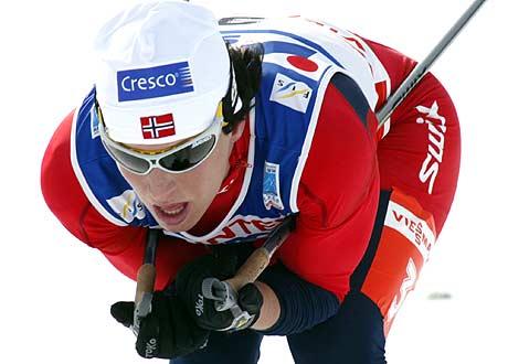 Marit Bjørgen ledet etter den klassiske delen, men stivnet i motbakkene i siste runde (Foto: AP/Jan Pitman)