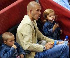 David Beckham med sønnene Brooklyn (t.v.) og Romeo. (Foto: AP/Scanpix)