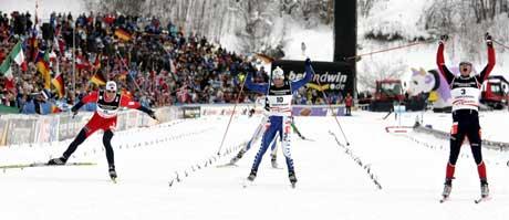 Frode Estil (f.v.) går inn til bronse, Giorgio Di Centa til sølv og Vincent Vittoz til gull på jaktstart. (Foto: Erlend Aas / SCANPIX)