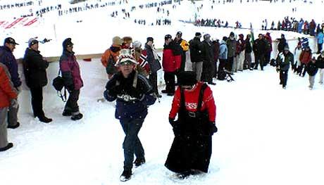 Allerede mange timer før stafetten har folk samlet seg ved løypene. ( Foto: Finn Børge Stenbek, NRK )